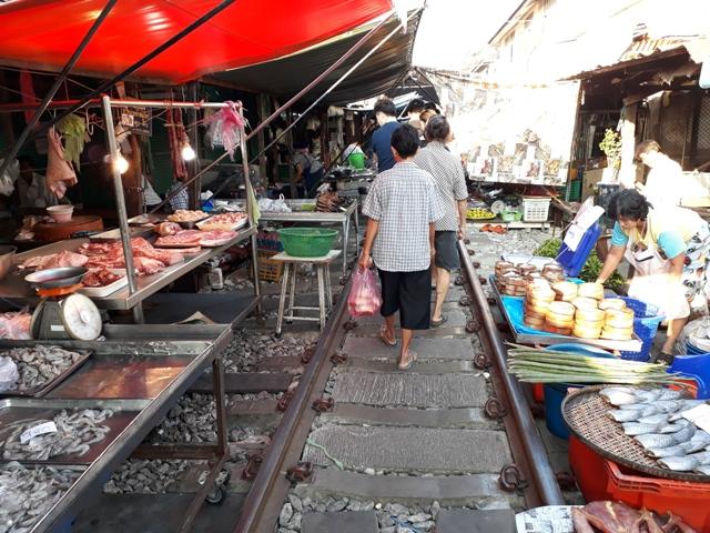 maeklong-market10