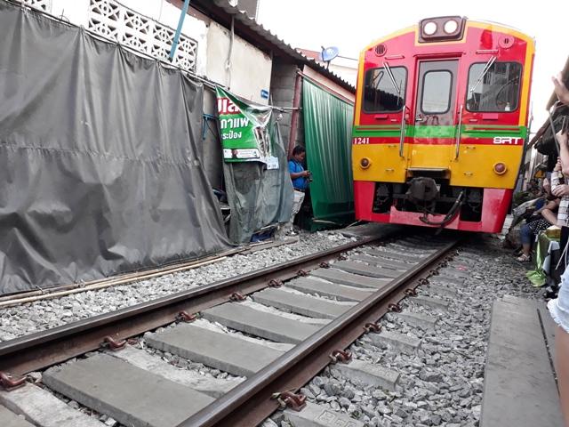 maeklong-train13