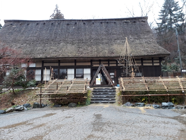 thatched-roof-houses-at-kurehayama1